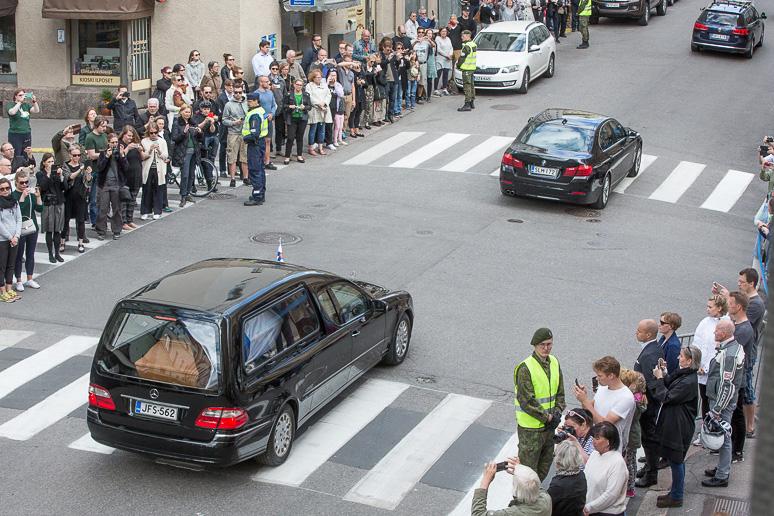president_mauno_koivisto_funeral_procession_coffin-3